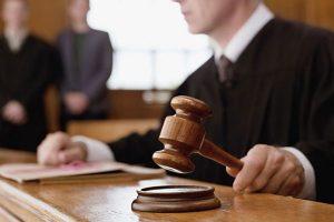 مسؤول يتقدم بشكوى ضده نفسه في المحكمة