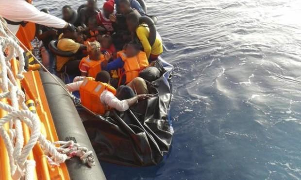 """ذكرت صحف محلية، اليوم الأربعاء ، أن غواصين من خفر السواحل الإيطالية انتشلوا أمس الثلاثاء 12 جثة أخرى من حطام قارب مهاجرين غرق الأسبوع الماضي قبالة سواحل جزيرة لامبيدوزا . و أضافت أنه تم العثور على جثثي امرأة شابة و طفلها عمره حوالي ثمانية أشهر ضمن جثث هؤلاء الضحايا الذين كانوا على متن قارب يقل 50 مهاجرا غير شرعي ،غرق ليلة الأحد-الاثنين 6-7 أكتوبر على بعد ستة أميال بحرية من جزيرة لامبيدوزا . و أشارت المصادر ذاتها إلى أن عمليات البحث عن غرقى كانت قد استؤنفت صباح أمس في سواحل جزيرة لامبيدوزا بعد أن تم تعليقها قبل ثلاثة أيام بسبب البحر الهائج. و ذكرت أن خفر السواحل الإيطالية كان قد انتشل ، يوم الإثنين سابع أكتوبر ، 13 جثة لمهاجرات من إفريقيا كن على متن هذا القارب، مشيرة إلى انه تم إنقاذ 22 شخصا و نقلهم الى ميناء لامبيدوزا في صقلية. و سجلت الصحف ارتفاع عدد المهاجرين الذين وصلوا إلى سواحل إيطاليا على متن قوارب صغيرة خلال الأسابيع الأخيرة . و ذكرت أن السلطات الإيطالية سمحت مساء أول أمس الإثنين للسفينة الإنسانية """"أوشن فايكينغ"""" بإنزال جميع المهاجرين الموجودين على متنها، وعددهم 176 مهاجرا، في مرفأ تارانتو بجنوب البلاد. و في محاولة لوقف هذه المآسي في بحر المتوسط وضعت عدة دول اوروبية ، من بينها ايطاليا وفرنسا والمانيا ومالطا، مؤخرا آلية توزيع للمهاجرين، غير ان الخلاف لايزال متواصلا داخل الاتحاد الأوروبي بشأن كيفية التعامل مع الوافدين الجدد، كما تواجه إيطاليا صعوبات في الحصول على تأييد واسع النطاق بشأن آلية توزيع تلقائي للمهاجرين غير الشرعيين."""