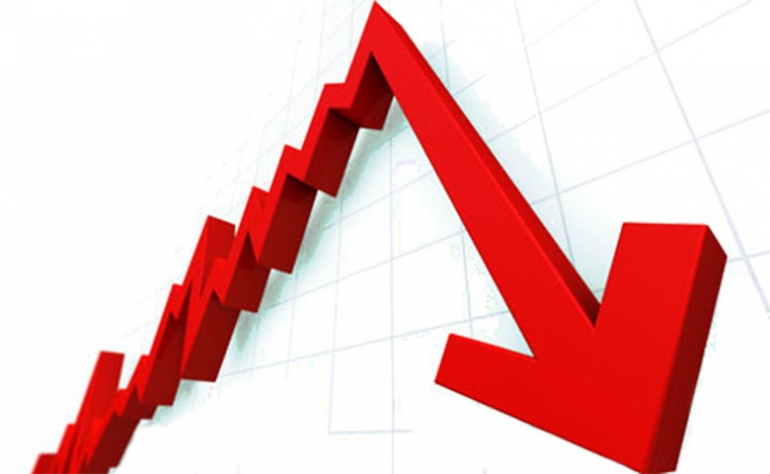 """تلقت أسواق الأسهم في العالم يوم الأربعاء ضربة كبيرة بعد أنباء سيئة خرجت من اثنين من أكبر الاقتصادات، حيث سجلت الصين أسوأ إنتاج صناعي في 17 عامًا، بينما قالت ألمانيا إن اقتصادها قد تقلص بالفعل في الربيع. وفي حين لا يمكن اعتبار هذه المشكلة معزولة، فبالإضافة إلى التباطؤ الصيني، هناك تسعة اقتصادات رئيسية في حالة ركود أو أوشكت على الدخول في دائرته، بحسب الكاتب في صحيفة واشنطن بوست الأميركية، هيثر لونغ. ورسم الأكاديمي الاقتصادي سونغ وون سون صورة ملتهبة لوضع الاقتصاد العالمي بقوله : """"أرى حرائق في كل مكان، لكن لا يوجد الكثير من رجال الإطفاء"""". وتساءل لونغ عن قدرة الاقتصاد الأميركي على تجنب أمواج الركود التي تشق طريقها إلى الشواطئ الأميركية، في وقت تستعر فيه الحرب التجارية مع الصين. واعتبر الكاتب أن المستهلكين الأميركيين هم النقطة المضيئة التي تحتفظ بالكثير في الاقتصاد العالمي، لكن مع فرض مزيد من التعريفات عل السلع الشعبية التي يرغب الأميركيون في شرائها من الصين، مثل الهواتف والملابس والأجهزة الكهربائية، فإن الأمور لا تسير في طريق إيجابي. وفيما يلي مجموعة من الاقتصادات الرئيسية التي تثير القلق من الركود: ألمانيا: تقلص الاقتصاد الألماني بنسبة 0.1 في المائة في الربع الثاني بعد نمو هزيل بنسبة 0.4 في المائة في بداية العام. والربعان المتتاليان من النمو السلبي هو التعريف الفني للركود، وألمانيا تقريبًا في تلك المرحلة، مما يثير مخاوف من حدوث ركود رسمي بحلول نهاية العام. وتعتمد ألمانيا اعتمادًا كبيرًا على تصنيع السيارات والسلع الصناعية الأخرى لتشغيل اقتصادها. ويشهد معظم العالم - بما في ذلك الولايات المتحدة - حاليًا ركودًا صناعيًا. وحتى الآن، لا تزال الحكومة الألمانية مترددة في الإنفاق من أجل تحفيز النمو. المملكة المتحدة: قصة المملكة المتحدة تشبه قصة ألمانيا: تقلص النمو بنسبة 0.2 في المائة في الربع الثاني بعد أداء ضعيف بنسبة 0.5 في المائة في الربع الأول. وعلاوة على مشاكل التصنيع، شهدت المملكة المتحدة تراجعا في الاستثمار. ويرجع ذلك إلى حد كبير إلى عدم اليقين بشأن خروج بريطانيا من الاتحاد الأوروبي. وإذا غادرت بريطانيا الاتحاد الأوروبي في أكتوبر من دون اتفاق، فمن المتوقع على نطاق واسع أن تدخل البلاد في حالة ركود. إيطاليا: ناضل ثالث أكبر اقتصاد في منطقة اليورو لسنوات ودخل في الركود العام ا"""