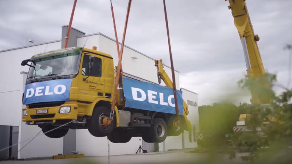 غراء لاصق يرفع شاحنة تزن 17 طناً