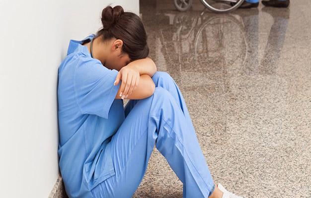 متابعة الممرضتين المتهمتين بسرقة أغراض موتى كورونا في حالة اعتقال