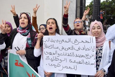 """الجزائر.. الصحافيون """"ينتفضون"""" ضد القمع والتضييقات تليكسبريسنشر في تليكسبريس يوم 12 - 11 - 2019 أطلق صحافيون جزائريون من القطاعين الخاص والعمومي، مبادرة جديدة للدفاع عن حرية الصحافة والتنديد بالرقابة المفروضة على الإعلام في الأشهر الأخيرة، وصلت إلى حد المساس بحق المواطنين في الحصول على المعلومة بكل موضوعية وحيادية. ودق الموقعون على العريضة الموجه إلى الرأي العام، ناقوس الخطر لما آلت إليه أوضاع الصحافة الجزائرية، كما أدانوا بشدة """"تصاعد الانتهاكات الخطيرة ضد رجال المهنة والتضييق الممنهج على الإعلام في القطاعين الخاص والعمومي""""، والمتمثل في اعتقال صحافيين، يتواجد بعضهم رهن الحبس المؤقت فيما وُضع آخرون تحت الرقابة القضائية. وندّد الصحافيون بما أسموه ب""""الأساليب القمعية التي يتعرض لها الصحفيات والصحفيون في مؤسسات الإعلام العمومي والخاص، كمنعهم من تغطية الأحداث الهامة الجارية في البلاد، وهو ما يعد انتهاكًا صريحًا لحرية التعبير في الجزائر"""". وطالب أصحاب البيان السلطات """"بالكف الفوري عن ممارسة الرقابة على الإعلام العمومي والخاص والتعرض للحريات الإعلامية، لضمان حق المواطن في الحصول على المعلومة بكل موضوعية وحيادية"""". واعتبر البيان أن """"الجزائر تعيش مخاضًا تاريخيًا يتعين على الصحافة والصحافيين مواكبته بمهنية أكبر، والتي تشكل الحرية إحدى شروطها الأساسية""""، داعيا """"كل المهنيين في وسائل الإعلام العمومية والخاصة للتضامن بينهم قصد الدفاع عن حريتهم وعن مهنتهم النبيلة التي تتعرض مرة أخرى إلى انتهاكات صارخة"""". يشار إلى أن البيان وقعه قرابة 160 صحفيا وصحفية، بينما لا تزال القائمة مفتوحة للراغبين في التوقيع على النداء الذي حمل عنوان """"صرخة الصحافيين ضد القمع والتعسف ومن أجل الحريات"""". انقر هنا لقراءة الخبر من مصدره."""