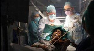 مريضة تعزف على الكمان أثناء عملية بالدماغ