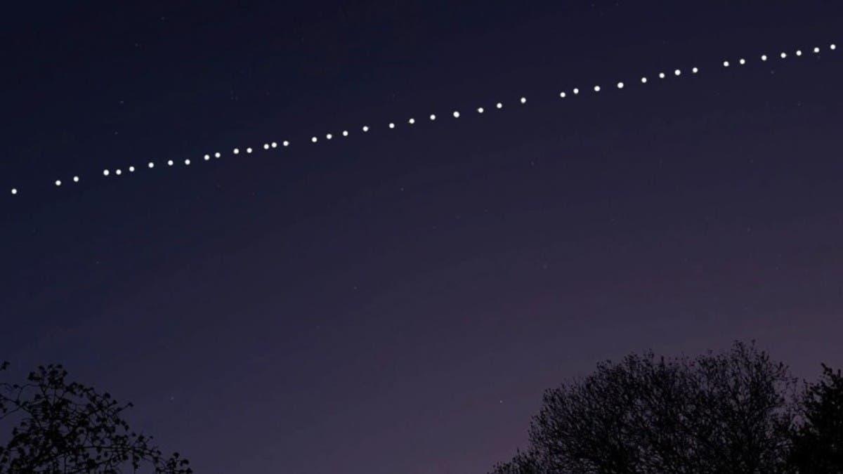 قطار الأقمار يظهر بسماء السعودية وهذا تفسيره