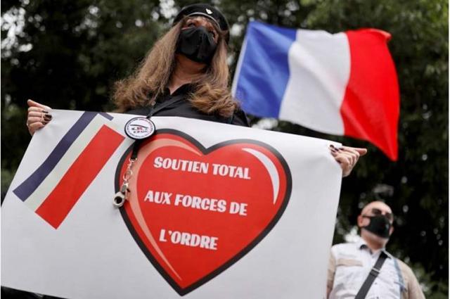 احتجاجات لزوجات رجال الشرطة بباريس