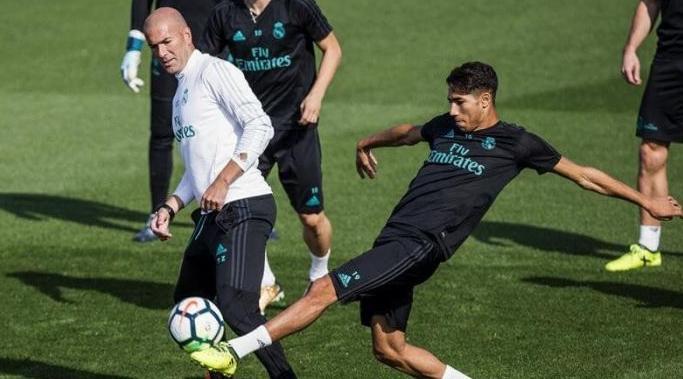 """الصحافة الإسبانية: """"زيدان هو من دفع حكيمي للرحيل عن ريال مدريد"""""""