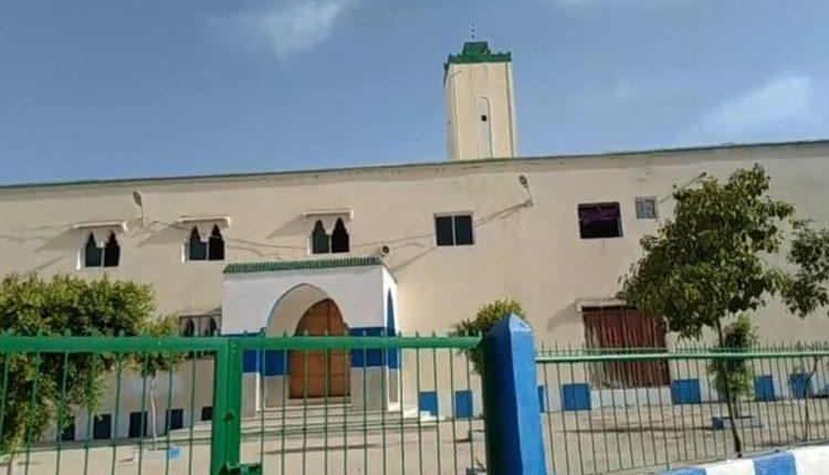 برلماني يمنع رفع الآذان والصلاة بمسجد بفاس