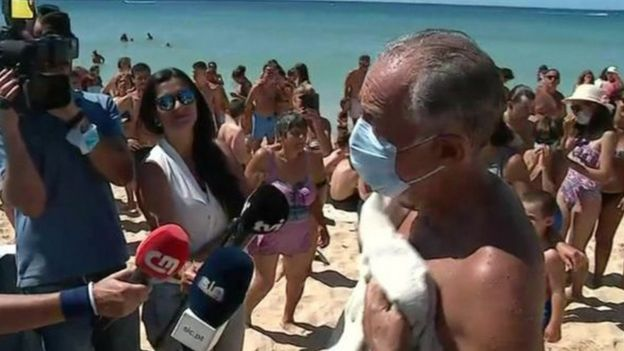 رئيس البرتغال يسبح ليساعد في إنقاذ امرأتين من الغرق