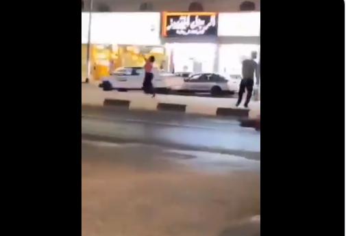 سعودية ترقص وسط مكة المكرمة بملابسها المثيرة .. فيديو