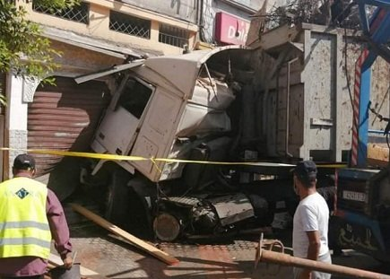 حادث مروع.. شاحنة تصطدم بجدار منزل وتتفادى سيارات ومارة بشارع مزدحم في الدار البيضاء