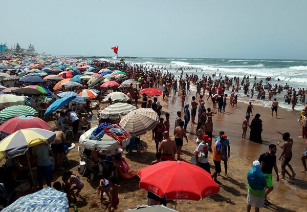 """""""كورونا"""" لم تمنع المصطافين من اﻹنجذاب لشواطئ المتوسط وسط قلق من """"اﻹزدحامات"""" المثيرة للفزع"""