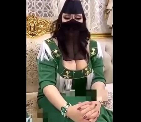 """شاهد كيف احتفلت سعودية """"بصدرها العاري"""" باليوم الوطني السعودي ! (فيديو)"""