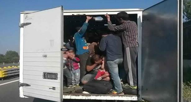 اعتقال سائق شاحنة مبردة بداخلها نحو 40 مهاجرا غير شرعي بالنمسا