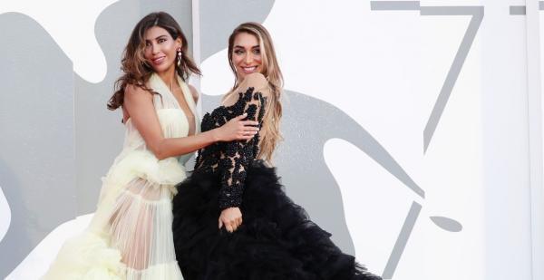 ممثلة مغربية تتبادل القبل مع زميلتها الإيطالية في مهرجان البندقية