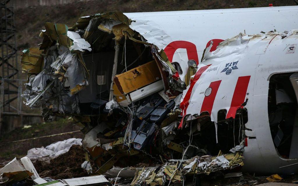 طفل ينجو بأعجوبة من حادث تحطم طائرة والسبب ما فعلته والدته..