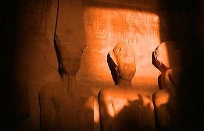 تعامد الشمس على وجه رمسيس بمعبده الكبير في أسوان وهذا هو التفسير العلمي للمعجزة..!!