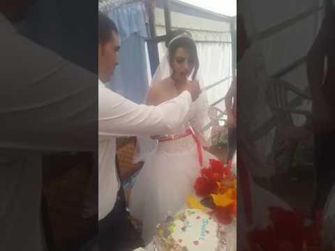 عريس يصفي عروسه في حفل الزفاف أمام الحضور والسبب !