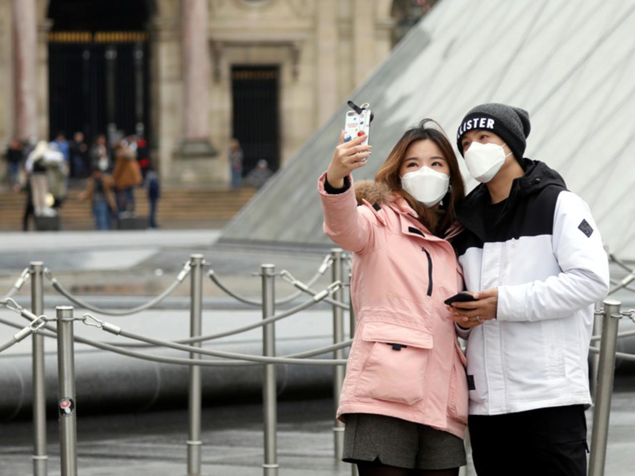 فيروس كورونا وهاتفك ونقودك.. أنباء غير مطمئنة بالمرة