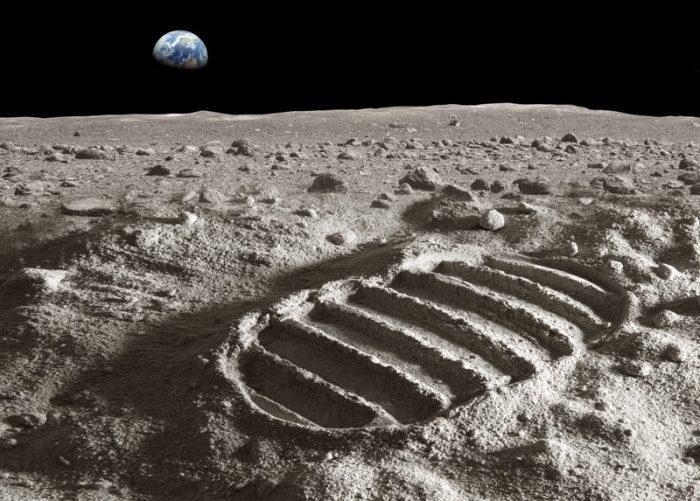 """العلماء يحلون لغز """"آثار أقدام"""" بعيدة عن مسارات رواد ناسا على سطح القمر"""