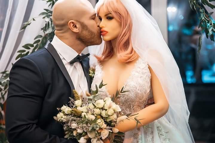 أغرب من الخيال..بطل كمال أجسام يحتفل بزواجه من دمية وينشر صورا من الحفل.. فيديو + صور