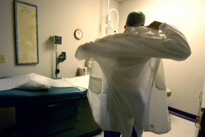 """فاس.. """"الديستي"""" توقع بطبيبين يقومان بتحليلات الكشف عن فيروس """"كوفيد19"""""""