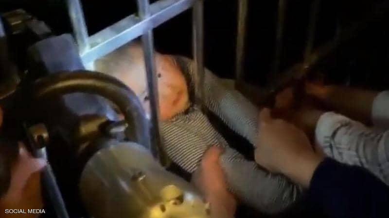 سقط من الطابق الـ13 ونجا بأعجوبة.. فيديو لمعجزة انقاذ طفل تحبس الأنفاس