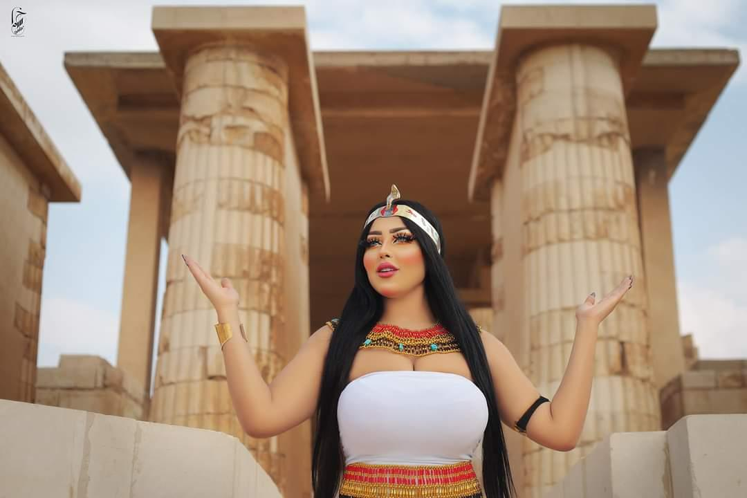 """ضجة في مصر بسبب عارضة أزياء ظهرت في صور بمواقع أثرية.. """"صور"""""""