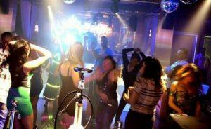 الدار البيضاء.. برهوشات ضمن عشرات الموقوفين في حفل راقص نظمته مجموعة فيسبوكية في كباريه