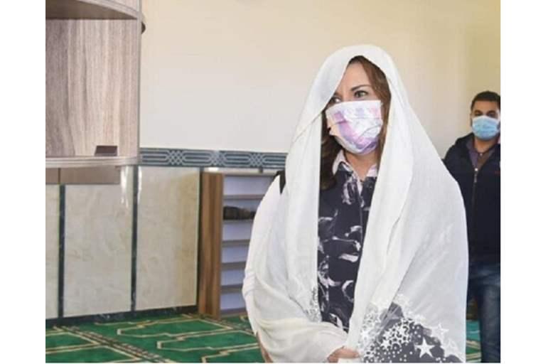 وزيرة مسيحية تحضر صلاة الجمعة داخل مسجد في مصر