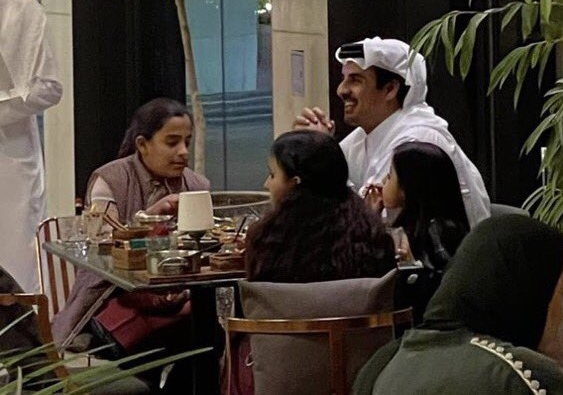 فيديو لأمير قطر رفقة بناته في مطعم يشعل مواقع التواصل الاجتماعي