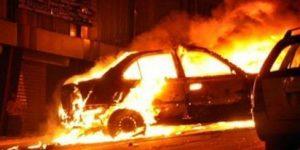 مختل عقلي يضرم النار في سيارة مركونة بأحد شوارع الفقيه بن صالح