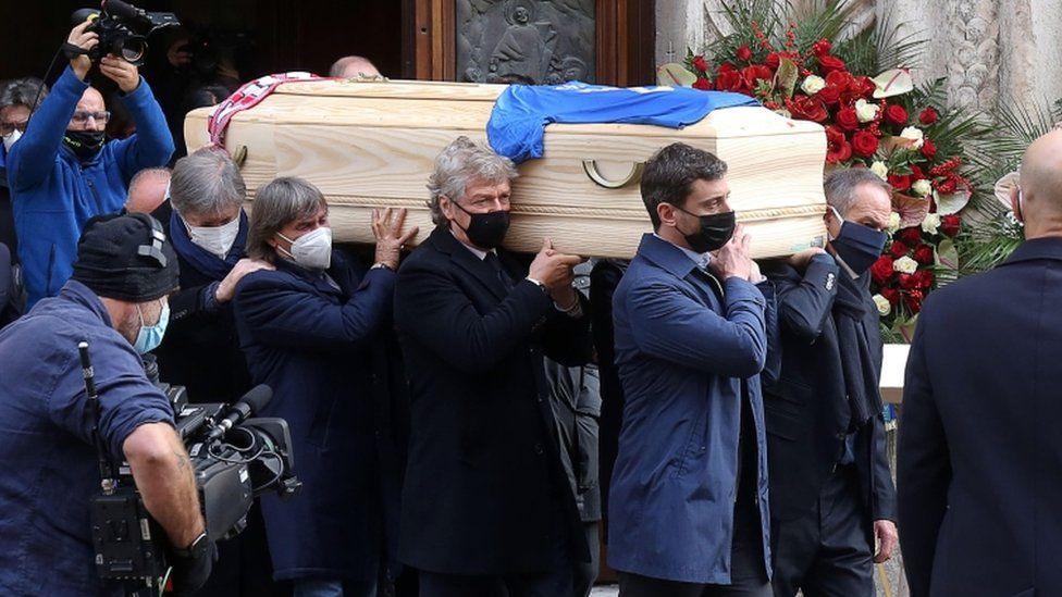 سرقة منزل أسطورة كرة القدم الإيطالي باولو روسي خلال جنازته
