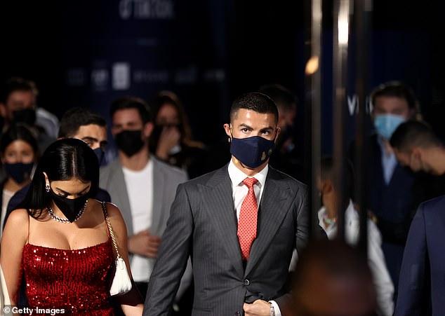 """رونالدو وزوجته جورجينا بإطلالة تثير الجدل في دبي! """"صور"""""""
