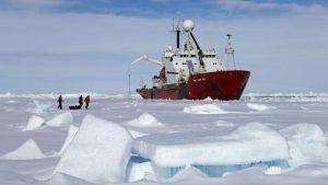 فقدان 17 شخصا في حادث غرق سفينة صيد بالقطب الشمالي الروسي