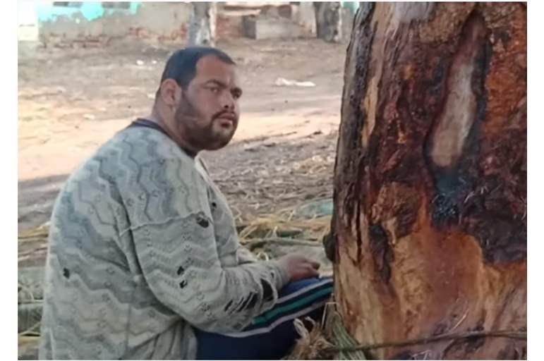 أم تربط ابنها المعاق في شجرة منذ 15 عامًا !
