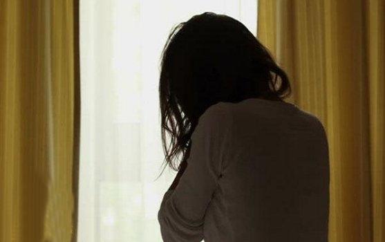 يضبط زوجته وعشيقها تحت السرير..ويسلم مقاطع فيديو لها للشرطة