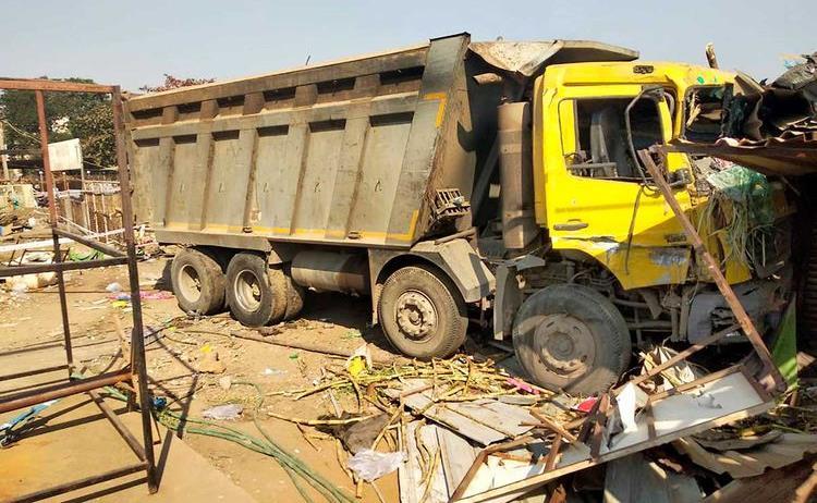 شاحنة تقتل 15 شخصا دهسا خلال نومهم على قارعة طريق في الهند