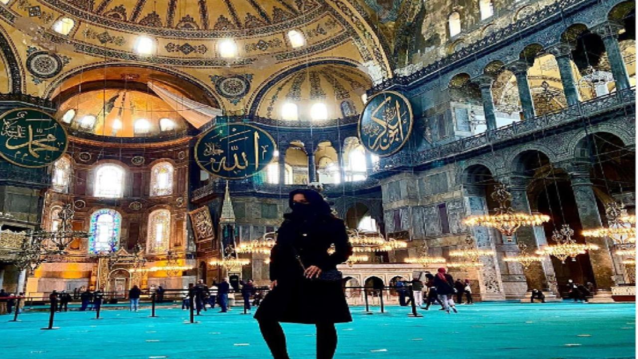 ممثلة إباحية بالنقاب داخل مسجد أيا صوفيا بتركيا