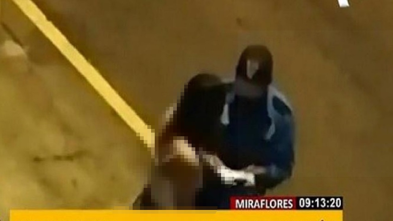 شرطي يلغي مخالفة فتاة لحظر التجول مقابل قبلة