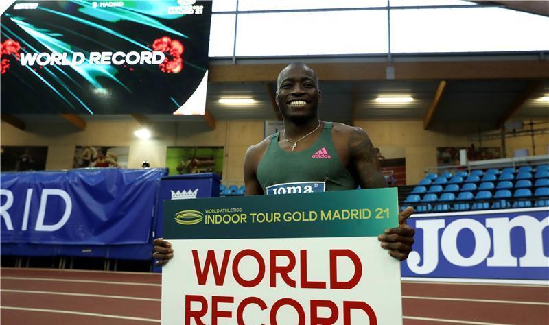 هولواي يحطم الرقم القياسي العالمي لسباق 60 م حواجز داخل القاعة