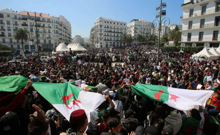 الجزائريون يخرجون