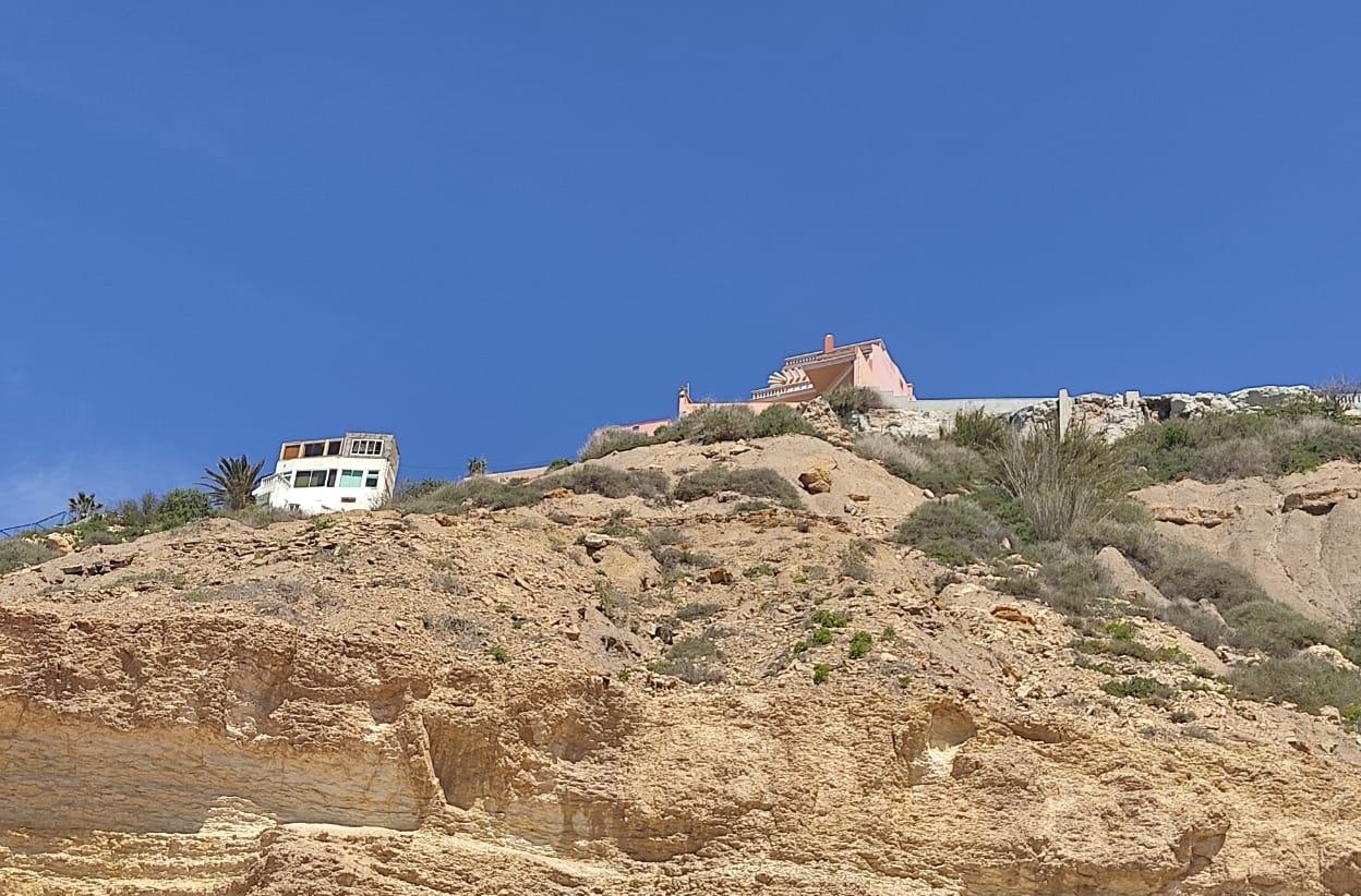 اسفي.. انهيار صخري بفيلا مشيدة فوق هضبة سيدي بوزيد كاد ان يتسبب في كارثة