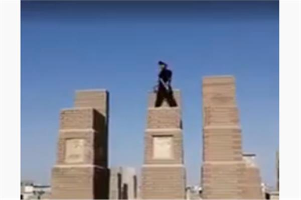 بالفيديو .. مخمور ينفخ في بوق وينادي الموتى في مقبرة للنهوض من أجل يوم القيامة