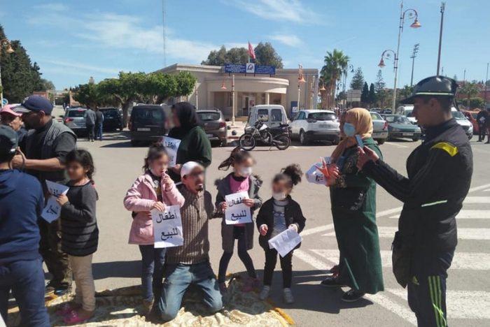 مؤلم..في خطوة احتجاجية غريبة..أب يعرض بناته الأربعة للبيع ببركان
