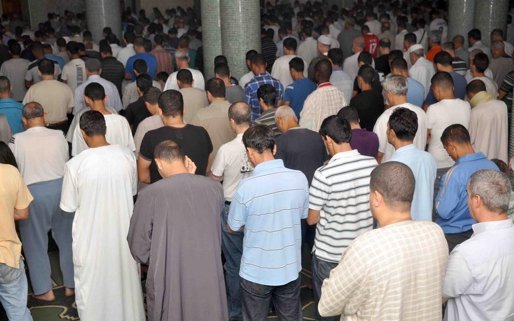 هروب مصلين أثناء صلاة التراويح في أحد المساجد