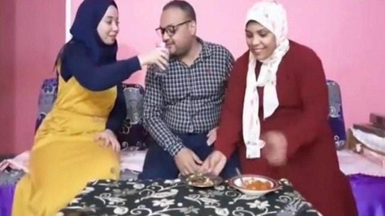 شاب يجمع بين زوجتين في منزل واحد ويوضح سر الحياة الهادئة بينهم وقبولهما بالثالثة والرابعة ـ فيديو ـ
