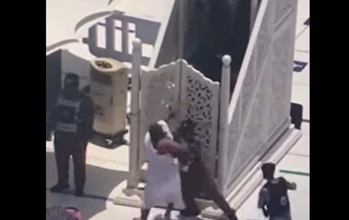 محاولة للإعتداء على إمام الحرم خلال خطبة الجمعة في مكة!