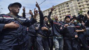 الداخلية الجزائرية توقف أكثر من مئتي إطفائي عن العمل لمشاركتهم في تظاهرة