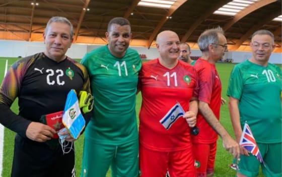 السفير الإسرائيلي يدشن عودته للمغرب بلعب مباراة في الكرة القدم بجانب لقجع ولاعبين دوليين سابقين