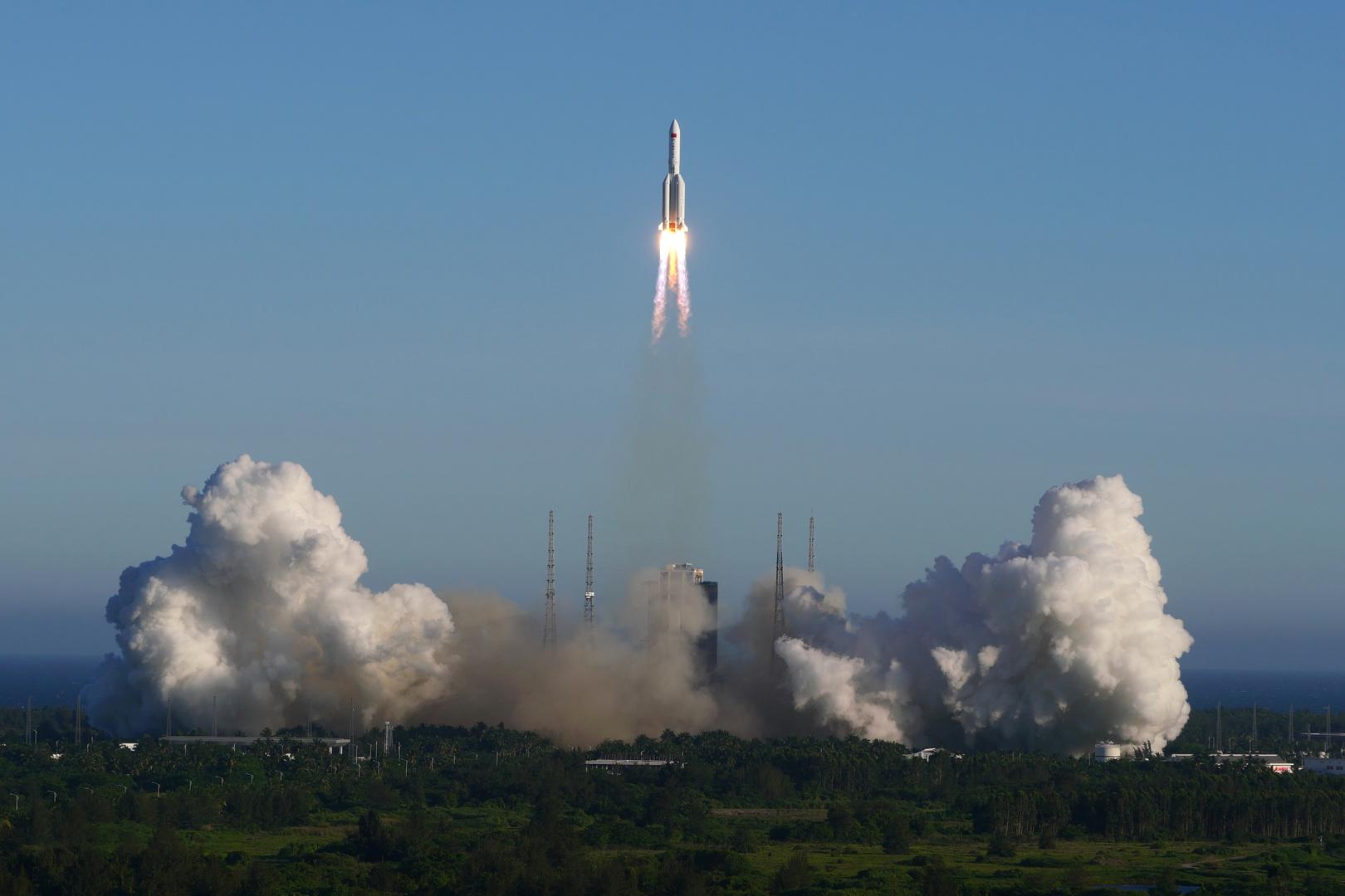 """""""روس كوسموس"""" ترسم مسار الصاروخ الصيني التائه وتحدد نطاق الدول التي سيقط فوقها"""